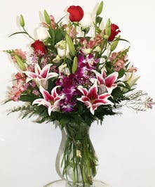 Tell Mom she's the greatest with this marvelous bouquet!